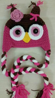 Touca de Coruja rosa utilizando a técnica do crochet.