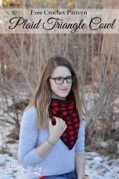 FREE Crochet Pattern: Crochet Plaid Triangle Cowl || Crochet this beautiful cowl in a classic and popular buffalo plaid color pattern.