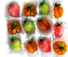 Es una idea muy original, decorativa y dulce, a la vez. Si quieres sorprender a los invitados de tu boda, instala un buffet de caramelos, chocolates, golosinas y dulces tras la cena. Así podrán endulzarse el baile.