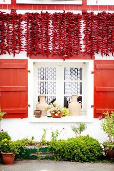 Drying red peppers by the window - Espelette, French Basque Country. Aquitaine, Pays Basque France, Gazebos, Beautiful Places, Beautiful Pictures, Porches, Biarritz, Land Of Enchantment, Basque Country