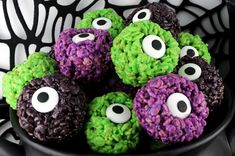 Monster Eye Balls Rice Krispie Bites - these yummy, bite-sized balls of crunchy, marshmallow-y delight have a creepy monster eye and fun Halloween colors! Halloween Desserts, Spooky Halloween, Hallowen Food, Halloween Snacks For Kids, Halloween Appetizers, Halloween Treats, Halloween Parties, Halloween Stuff, Halloween Decorations