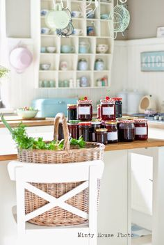 Minty House in the kitchen, jam, summer time, pastels Retro Kitchen Decor, Kitchen Dining, Minty House, Retro Fridge, Cocinas Kitchen, Funky Design, Small Tables, Country Decor, Country Life