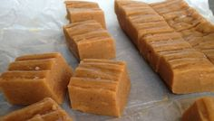 A healthy peanut butter fudge! Sugar free but no chemical, artificial sweetener. Variations: Choc-chip fudge: Stir through tablespoons of cacao nibs in step Coco-nutty fudge: Stir through 2 tablespoons desiccated coconut in step Sugar Free Treats, Sugar Free Desserts, Sugar Free Recipes, Low Carb Desserts, Sweet Recipes, Real Food Recipes, Sugar Free Peanut Butter, Peanut Butter Fudge, Sugar Free Fudge