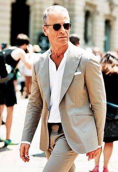 Un traje en color kaki combinado con una camisa blanca o con una azul pálido es una opción ideal para la oficina