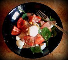 Wiem co gotuję.: Sałatka ze szpinakiem i mozzarellą...