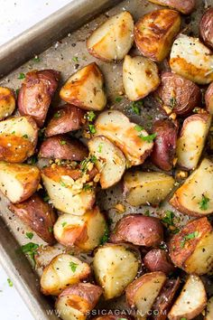 Easy side dish recipe for crispy garlic roasted potatoes cooked on a baking sheet and seasoned with rosemary and oil for extra flavor. Best Vegan Recipes, Vegetarian Recipes, Cooking Recipes, Healthy Recipes, Cooking Tips, Salad Recipes, Red Potato Recipes, Roasted Potato Recipes, Side Dishes Easy