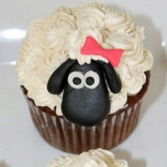 Mary had a little lamb baby shower cupcakes.  Just me or could this easily be turned into a Shawn the Sheep theme :)
