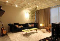 Escolhas por cores suaves e o calor da madeira sofisticam o loft de 101 metros quadrados de um jovem médico   Casa&Cia