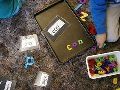reproduire des mots avec lettres magnétiques dans plaque à biscuits