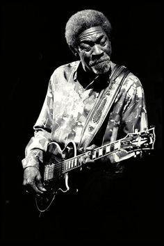 1997. Muere Luther Allison, en Madison, Wisconsim (Estados Unidos), de cáncer. Tenía 57 años. Guitarrista y cantante de blues. Comenzó a grabar en 1969 con un pequeño sello para, en 1972, saltar a Motown, que distribuyó sus discos a nivel internacional, lo que le llevó a instalarse en París durante los años setenta y los ochenta, ya que notaba mayor receptividad a su música en Europa que en Estados Unidos.