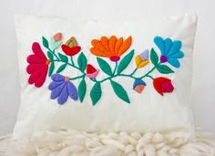 Almohadón de algodón bordado a mano. Medidas: 40x30 cm Peso: 300gr Embroidery Needles, Crewel Embroidery, Embroidery Designs, Bordado Floral, Mexican Embroidery, Hand Stitching, Needlepoint, Needlework, Diy And Crafts