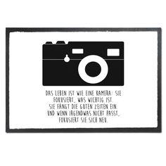 Fußmatte Druck Kamera aus Velour  Schwarz - Das Original von Mr. & Mrs. Panda.  Die wunderschönen Fussmatten von Mr. & Mrs. Panda sind etwas ganz besonderes. Alle Motive werden von uns entworfen und konzipiert und jede Fussmatte wird von uns in unserer Manufaktur selbst bedruckt und liebevoll an euch verschickt. Die Grösse der Fussmatte beträgt 50cm x 70cm.    Über unser Motiv Kamera  Diese Retro-Kamera gefällt bestimmt nicht nur professionellen Fotografen, sondern lässt auch jedes…