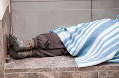 Un conductor detiene el autobús para darle un abrigo a un hombre sin techo y nos da una lección de humanidad - Yahoo Noticias
