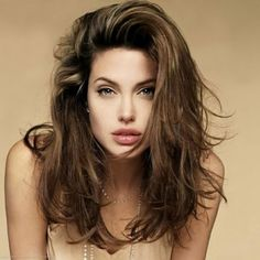 Cute, short, easy and quick messy hairstyles for short, medium and long hair. Different messy hairstyles pictures in updo or buns for school or work. Angelina Jolie Peinados, Angelina Jolie Hair, Angelina Jolie Photos, Jolie Images, Long Weave Hairstyles, Hairstyles For Round Faces, Hairstyles With Bangs, Trendy Hairstyles, Fashionable Haircuts