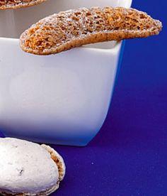 Příprava jídla  1. Mouku prosijte s cukrem. Přidejte sodu, Heru i ořechy a vypracujte hladké těsto. Troubu předehřejte na 140, horkovzdušnou na 120 stupňů.    2. Do formiček dejte trochu těsta a pečte asi dvacet minut. Vlažné rohlíčky vyklopte a nechte vychladnout. Pak je obalte ve vanilkovém cukru.Ingredience  120g hladké mouky  120g moučkového cukru  120g vlašských ořechů, jemně namletých  120g Hery, nakrájené na malé kousky  ½ lžičky jedlé sody  vanilkový cukr na obalení Crescent Rolls, Muffin, Breakfast, Recipes, Food, Morning Coffee, Croissants, Essen, Muffins