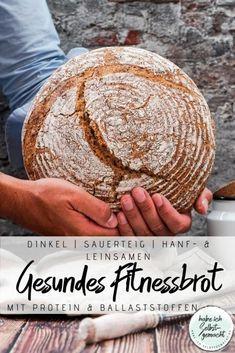 Rezept für ein unglaublich leckeres und gesundes Fitnessbrot aus reinem Dinkel mit 30% Vollkornanteil, Hanfsamen und Leinsamen. Das Brot wird nur mit frischem Sauerteig und ohne Zugabe von zusätzlicher Hefe zubereitet. Hanfsamen und Leinsamen sorgen für eine Extraportion Eiweiß und Ballaststoffe. Die Krume ist wunderbar weich und fluffig, die Kruste knusprig und der Geschmack, insbesondere durch die Hanfsamen, leicht nussig. Ein sehr leckeres Brot sowohl für süße und für herzhafte Beläge.