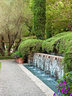 Add Drama to a Retaining Wall Water features don?t have to include plants or fish. The sound of water and the drama of design can be enough for some gardeners and gardens. This water feature — cleverly used as both retaining wall and focal point — repeats Small Water Features, Outdoor Water Features, Water Features In The Garden, Garden Fountains, Wall Fountains, Outdoor Fountains, Water Wall Fountain, Backyard Water Fountains, Backyard Waterfalls