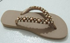 Slipper decorated with pearls and beads step-by-step Flip Flops Diy, Flip Flop Art, Flip Flop Sandals, Beaded Shoes, Beaded Sandals, How To Make Slippers, Decorating Flip Flops, Beach Wedding Shoes, Dressy Sandals