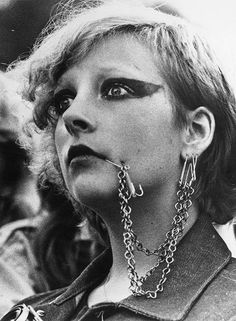 19 Filthy, Furious Vintage Photos Of Early Punk Think your studded leather jacket is cool? A look into the beginnings of punk culture and style. Subcultura Punk, Punk Mode, Johnny Rotten, Joey Ramone, The Clash, Meninas Punk Rock, Filles Punk Rock, Steam Punk, Estilo Punk Rock