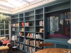 Lundia boekenkast moerasgroen met afwerking van radiator in de kast Bookshelves, Bookcase, Home Storage Solutions, Lund, New Homes, Dining Room, The Originals, Future, Home Decor