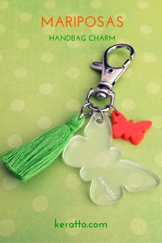 Charm para bolso con mariposa traslúcida y anaranjada, borla verde limón #keratto #charm #bolso #mariposa #anaranjado #verde #limon #acrilico #borla #tassel #butterfly #handbag