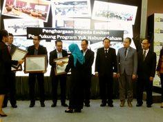 """TODAY'S NEWS! IMFI diwakili oleh Bapak Gunawan selaku CEO IMFI menerima penghargaan dari PT Bursa Efek Indonesia (BEI) karena turut berpartisipasi mendukung BEI dalam kampanye """"Yuk Nabung Saham"""". Ayo dukung terus pasar modal Indonesia! #penghargaan #award #BursaEfekIndonesia #BEI #IDX #IndonesiaStockExchange #kampanye #YukNabungSaham #pasarmodal #saham #Indomobil #IndomobilFinance #IMFI #Indonesia"""