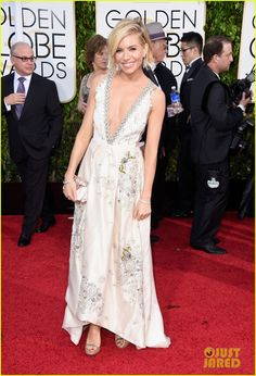 Sienna Miller Takes the Sexy Plunge on Golden Globes 2015 Red Carpet  | sienna miller golden globes 2015 03 - Photo