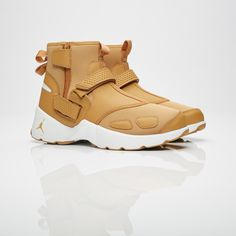 In early 2000 Jordan Brand released the Jordan Trunner LX, a training model that saw its release at a time when Michael Jordan laced his Jordan up as a Washingto Work Sneakers, Latest Sneakers, Sneakers Nike, Rock Climbing Shoes, Streetwear Online, Shoe Gallery, Beach Shoes, Casual Boots, New Shoes