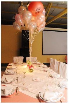 Los 15 de Agus Alzugaray, la mesa principal, flores naturales, globos y romanticismo
