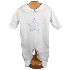 Si buscas una línea más clásica nos encanta este Pijama de bebé en color blanco con estrella celeste. Es una idea perfecta para regalar a recién nacidos en invierno, un pijama calentito y entrañable para los bebes que más queremos.