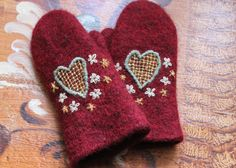 Vargheden islandshästar | Hantverk Fingerless Mittens, Knit Mittens, Mitten Gloves, Wool Embroidery, Wrist Warmers, Wool Felt, Needlework, Knit Crochet, Sewing