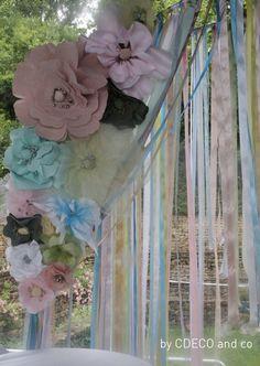 Pour l'apéritif pris sous la pergola de la maison, mange-debout nappés ainsi qu'une immense cage a oiseau donnaient le ton. La portière réalisée en fleurs géantes de tissus et rubans reprenait les couleurs du dais de l'espace enfant.L'espace fumeur, sous chapiteau également, s'équipait de canapés d'extérieur blancs de Virginie agrémentés de coussins aux motifs géométriques mais toujours dans les tonalités pastel. http://mycdeco.blogspot.fr/ http://www.cdecoandco.com/
