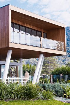THIS AUSTRALIAN BEACH HOUSE WILL MAKE YOU CRY Envy-inducing is an extremely understated way to describe this modern beach house that overlooks the sea. And making your neighbors jealous by simply chillin' on the porch.