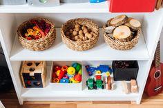 Wir haben unserem Sohn eine Spielecke gebaut. Dort hat alles seinen festen Platz. Dank der Übersichtlichkeit kann er jedes Spielzeug bewusst wahrnehmen.