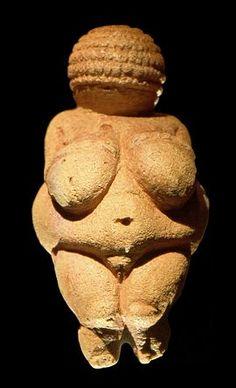 La Venus de Willendorf es una estatua antropomorfa femenina de entre 20 000 y 22 000 años a.C.  De estilo prehistorica, de autor desconocido, esculpida en piedra caliza monolítica. He elegido esta escultura porque aún siendo diminuta la obra, resalta bien los atributos femeninos, en especial viente y pecho, paracen tener relación con la maternidad.