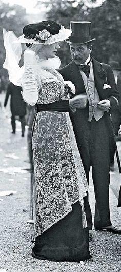 Un elegante signora indossa un abito guarnito di pizzo San Gallo su tulle Vintage Glam, Vintage Ladies, Edwardian Fashion, Vintage Fashion, Historical Photos, Historical Dress, My Fair Lady, Victorian Women, Fashion History