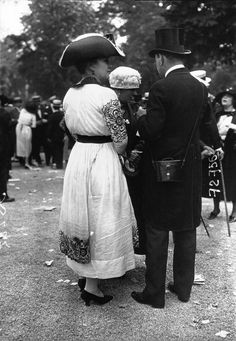 1918 Fashion, Fashion History, Vintage Fashion, Women's Fashion, Longchamp, Old Photos, Vintage Photos, Art Deco Dress, Old Paris