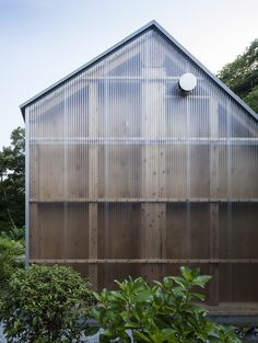 Studio By FT Architects Features Corrugated Plastic Walls And A Faceted Roof Photography Studio By FT Architects Features Corrugated Plastic .Photography Studio By FT Architects Features Corrugated Plastic . Architecture Durable, Architecture Design, Cabinet D Architecture, Facade Design, Dezeen Architecture, Minimalist Architecture, Architecture Student, Plastic Cladding, Backyard Studio