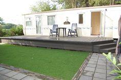 Verhoogd composiet terras aan een stacaravan Cornwall House, Caravan Makeover, Camper Caravan, Patio, Mobile Home, Caravans, Yard Ideas, Fixer Upper, Home Projects