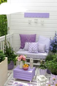 Cottage garden decoration / romantic shabby chic gardening violet lavender purple shade / portal bench with cushions – yuli-nails salazar – # balcony planting Informations About Häuschengartendekoration / romantischer Shabby Chic, der violetten … Outdoor Spaces, Outdoor Living, Outdoor Sofa, Lavender Cottage, Rose Cottage, Small Patio, Large Backyard, Porch Decorating, Decorating Ideas