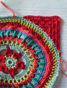 Suz Place: How to Add Granny Square Corners to a large circular motif...a mandala may be. ☀CQ #crochet #grannysquare #motifs http://www.pinterest.com/CoronaQueen/crochet-granny-squares-and-motifs-corona/