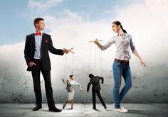 Женщина и мужчина манипулируют куклами