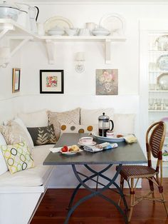 Decorative pillows add character to this cozy banquette. Get banquette design tips: interior design Coin Banquette, Banquette Design, Kitchen Banquette, Kitchen Seating, Banquette Seating, Dining Nook, Corner Seating, Booth Seating, Nook Table