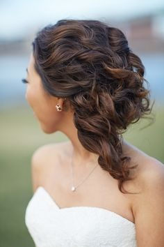 A sleek simple hair design was perfect for this Brooklyn bride on her wedding day.   http://onthegobride.com/2015/06/sophisticated-brooklyn-inspired-wedding || http://whymanstudios.com/