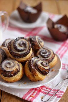 Ez a legfinomabb kakaós csiga azok közül, amit már készítettem. A tésztája is házilag készült ami igaz egy ki... Hungarian Recipes, Hungarian Food, Doughnut, Cheesecake, Muffin, Sweets, Breakfast, Plates, Morning Coffee
