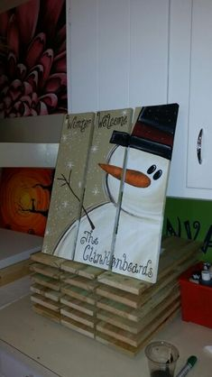 Snowman pallets to make dinnerware chargers Pallet Christmas, Christmas Signs, Rustic Christmas, Christmas Art, Christmas Projects, Christmas Holidays, Christmas Ornaments, Holiday Signs, Primitive Christmas