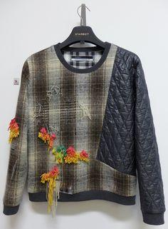 STARBEIT Sweater im Materialmix mit gezogenen Fäden und farbigen Knüpfungen.