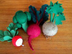 """Pozdní sklizeň zahradníka Motyčky Zelenina s natí z plsti: ředkvička, brokolice, červená řepa, celer. Didaktická pomůcka, hračka do dětské kuchyňky či obchůdku. Cena za 1 kus. Zbývající zeleninu si můžete zakoupit na """" Úroda zahradníka Motyčky"""" za 79 Kč kus."""