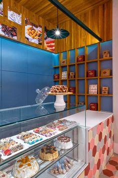 """Na parte interna, a loja foi revestida com porcelanato cinza e marcenaria planejada (Rossi & Sbrogio) que """"aquece"""" e organiza o espaço. A execução da obra foi da Colombo Engenharia"""