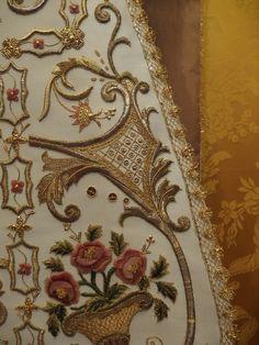 Restauración y enrriquecido de casulla del siglo XVIII Paola (Malta).                                                           ...